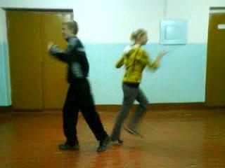 Девченка прикольно танцует а парень угарно