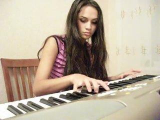 игра на пианино (добавил потому что телка охуенная)