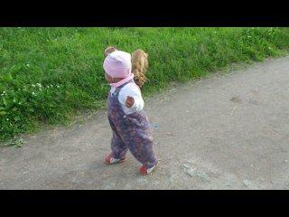 Доча гуляет с собачкой