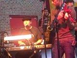 Хью Лори (ХАУС) и Джесси Спенсер (ЧЕЙЗ) с группой Band from TV в Чикаго