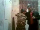 чеченский спецназовец показывает прийомы