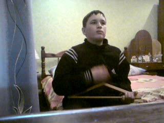 Пацан,круто играет на вешалке №2