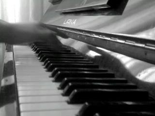 клубная музыка (игра на пианино)