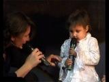 маленькая девочка поет с Дианой Арбениной..Держи меня за руку!Пожалуйста не отпускай мою руку держи