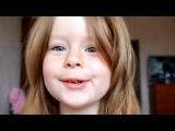 Маленькая девочка поет