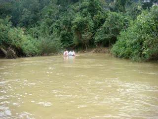 Сплав на бамбуковых плотах по реке под тропическим ливнем