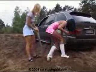 девушки рулят по грязи