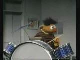 Эрни из улицы сезам играет на барабанах