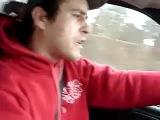 Прикольная девушка поет прикольную песню в машине