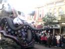 Парад мультяшных героев в Диснейленде Париж