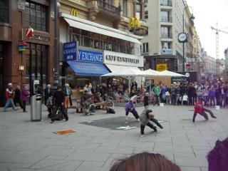 уличные танцы под музыку Моцарта в Австрии
