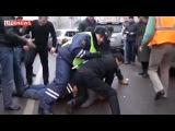 Пьяный мужик, разбил 10 машин и подрался с гаишником... в ответ получил в Ебло..))