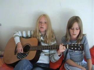 Эмили и Фиона поют песню группы The Beatles - Help!