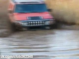 UAZ Patriot vs Hummer H2 в грязевом болоте