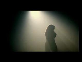 Первый концерт Лары Фабиан после смерти любимого человека Грегори Леморшаля. Она вышла, но не смогла запеть. И тогда, стоя, запе