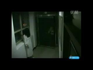 Люди на выходе из кинозала после просмотра фильма ужасов