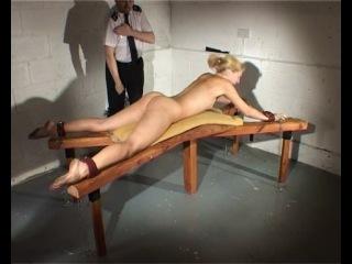 Надзиратель женской тюрьмы порет Амелию ремнем и плеткой в комнате для наказаний. Часть 1.