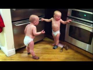 Два малюки розмовляють