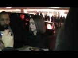 Джессика раздает автографы на премьере фильма