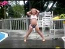 Девочка прикольно танцует