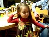 Талантливая маленькая девочка поет любимую песню