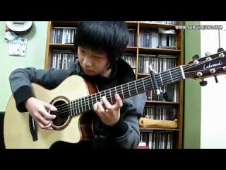 Парень играет на гитаре мелодию из фильма