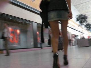 Порно между ног под юбкой 4