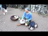 Необычный уличный музыкант...