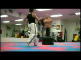 Быстрые и умелые удары ногами с элементами акробатики.