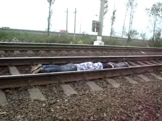 2 пацана легли под поезд