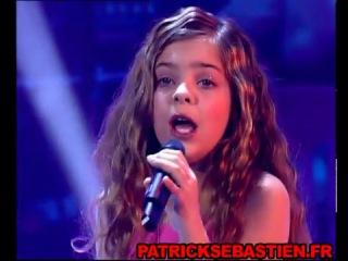 Девочка, красиво поёт песню