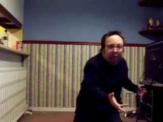 Смешной чудак танцует для своей девушки