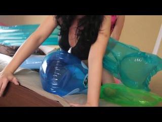 Девушку трахают воздушным шариком секс