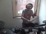 Девушка играет на ударных песню Эминема I m not afraid