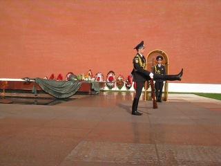 смена караула у вечного огня на красной площади
