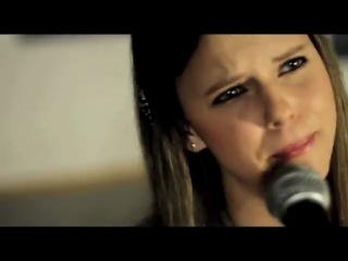 Две девочки поют песню Селены Гомес
