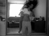 Девчёнка танцует перед зеркалом!!!! красиво!!!!