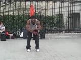 Невероятный танец уличного танцора в Париже!!))