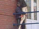 Мужик пердолит манекен на улице оживлённого города:B Невероятно эпично.