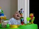 Ребенок наблюдает, как высмаркивается мама...