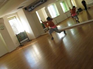 Девушка класно танцует Електро