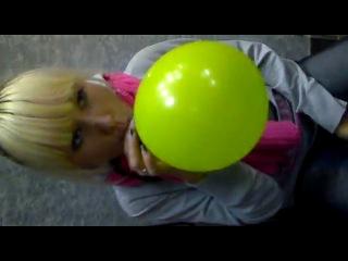 девочка поёт песню чип и дейл аахахахахах прикол))))))) шарик с гелием