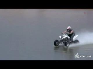 Квадроцикл пересёк озеро. По воде.
