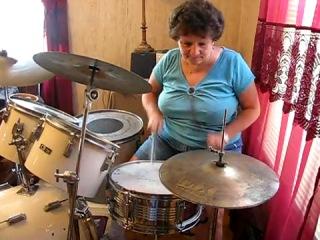 Оксанка-барабанщица)))