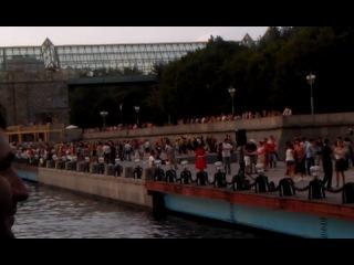 Люди танцуют джигу на берегу Москвы-реки ))