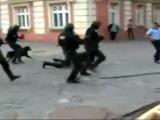 Я снимаю нахуй: Румынский спецназ ногебает.хахаха вот это они профессионалы