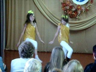 я і Маринка танцюємо танець маленьких утят
