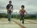 ребенок круто танцует