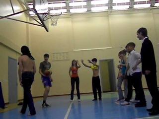 урок физ-ры,баскетбол на раздевание)