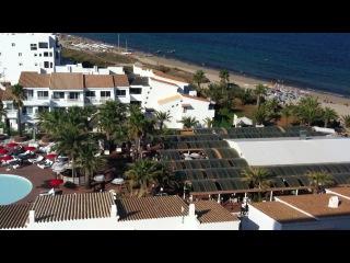 По всему пляжу очень громко(глобально) играет музыка на Ибице
